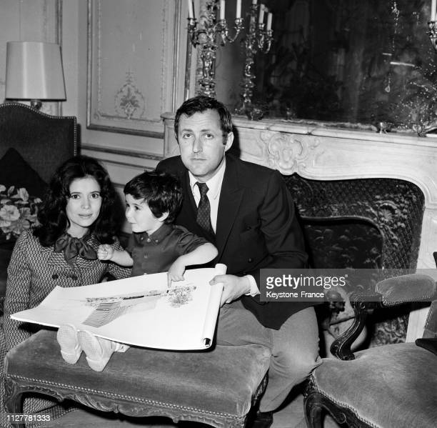 MarieJosé Nat avec son mari Michel Drach et son fils David à Paris France le 22 avril 1968