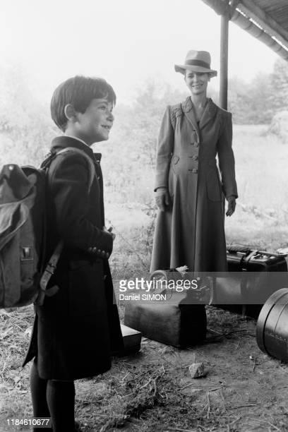 MarieJosé Nat et son fils david sur le tournage du film 'Les violons du bal' réalisé par son mari Michel Drach à Vichy en aout 1973 France