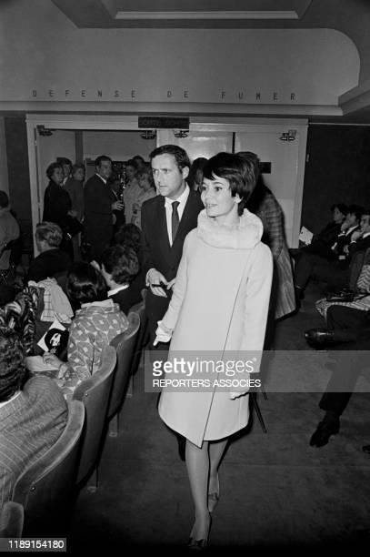 MarieJosé Nat et son mari Michel Drach à la 1ère du film 'Qui êtesvous Polly Maggoo ' à Paris France en octobre 1966