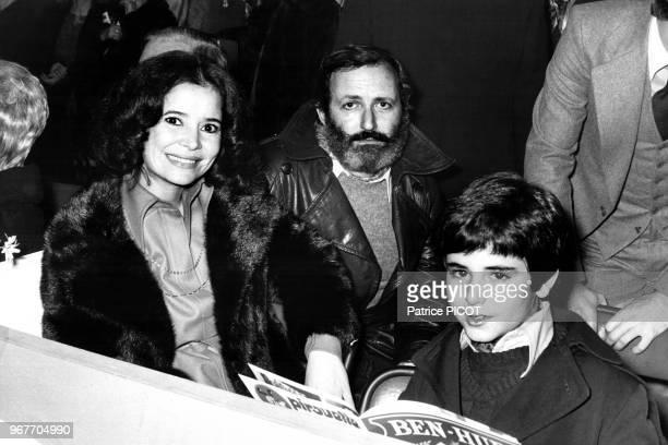 MarieJosée Nat Michel Drach et leur fils à la 1ère de 'BenHur' le 21 novembre 1975 à Paris France