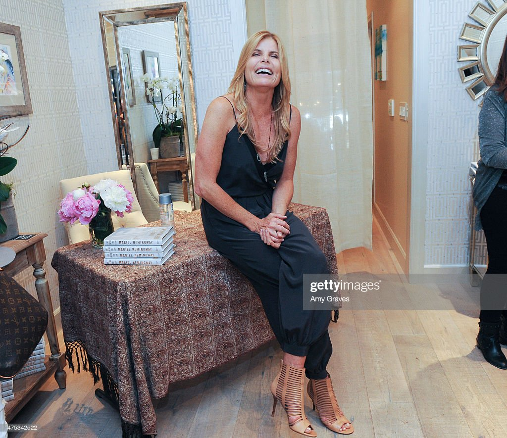"Mariel Hemingway book signing for ""Out Came the Sun: Overcoming the Legacy of Mental Illness, Addiction, and Suicide in My Family"" : News Photo"