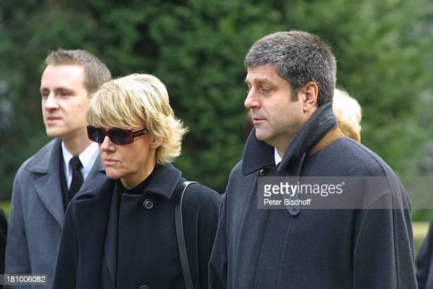 Mariele Millowitsch daneben deren Lebensgefährte Dr Alexander Isadi Neffe Peter Eisenlohr Beerdigung der Mutter Gerda Millowitsch nach Trauerfeier...