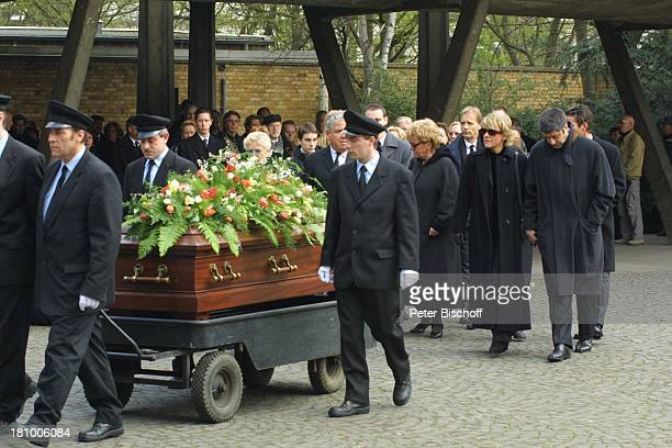 Mariele Millowitsch daneben deren Lebensgefährte Dr Alexander Isadi Schwester Dr Katarina Eisenlohr Beerdigung der Mutter Gerda Millowitsch nach...