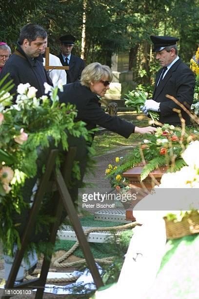 Mariele Millowitsch ihr Lebensgefährte Dr Alexander Isadi Sargträger Beerdigung von Mutter Gerda Millowitsch nach Trauerfeier Köln Friedhof Melaten...