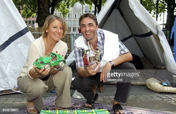 Mariele Millowitsch Ärztin Schauspielerin D Schirmherrin der Ausstellung Überleben auf der Flucht das Flüchtlingslager zum Anfassen mit Stefan...