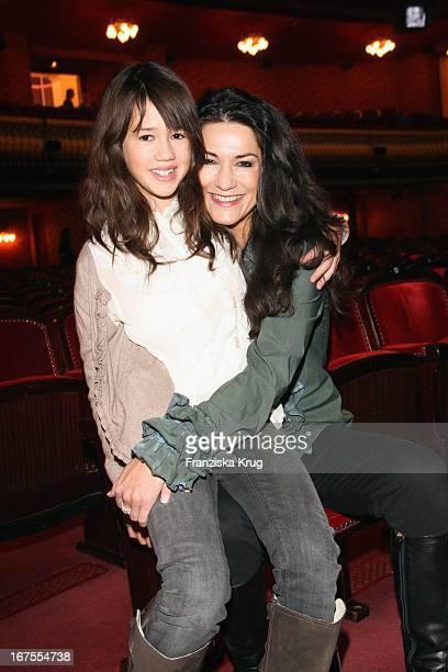 """Mariella Gräfin Von Faber Castell Und Tochter Isabella Bei Der Premiere Des Musicals """"Der Schuh Des Manitu"""" In Berlin"""