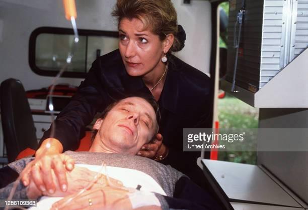 Mariellas Mann Paul spritzt sich eine Überdosis Morphium. Mariella findet ihn zu spät - Paul stirbt auf dem Weg ins Krankenhaus. Der Vorfall schört...