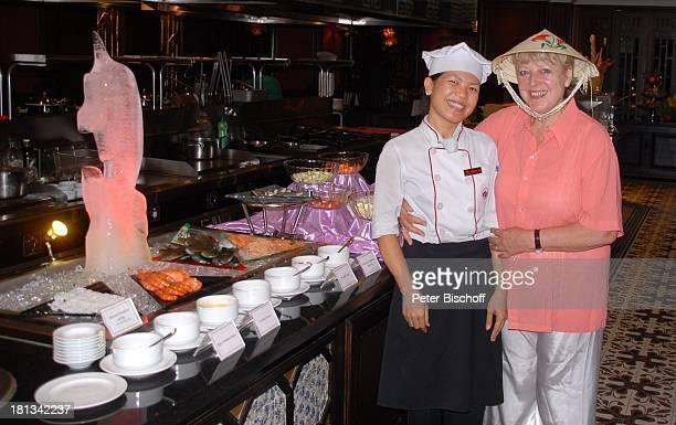 """Marie-Luise Marjan , Buffet-Kraft, Restaurant """"Hotel Imperial"""", Hue, Provinz Thua Thien, Vietnam, Asien, Uniform, Urlaub, lächeln, Strohut von..."""