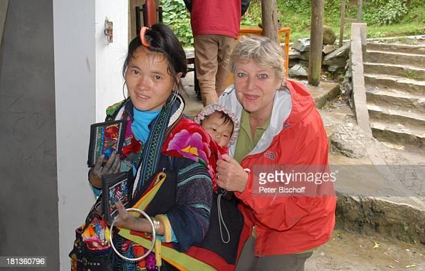 MarieLuise Marjan einheimische Frau mit Baby Besuch P A T E N K I N D von MLMarjan Sapa Vietnam Asien Souvenirkauf selbstgestickte Taschen Tracht...