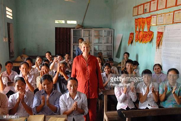 Marie-Luise Marjan, Einheimische Frauen, Männer, Besuch von P a t e n k i n d von M.-L.Marjan , Seminar für Champignon-Zucht , Ngoen Village, Provinz...