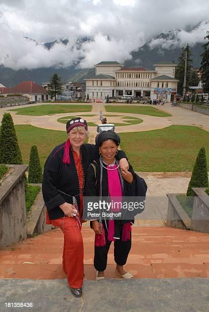 MarieLuise Marjan Frau vom Stamm der Schwarzen Hmons Besuch P A T E N K I N D von MLMarjan Sapa Vietnam Asien Einheimische Tracht Souvenirverkäufer...