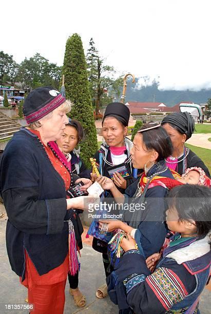 MarieLuise Marjan Frauen vom Stamm der Schwarzen Hmons Besuch P A T E N K I N D von MLMarjan Sapa Vietnam Asien Einheimische Tracht Souvenirverkäufer...