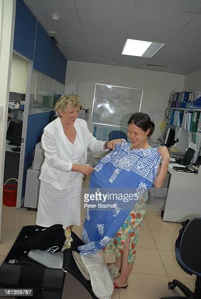 """Marie-Luise Marjan , Geschenke an Mitarbeiter, Besuch P A T E N K I N D von M.-L.Marjan, """"Plan International""""-Zentralbüro, Hanoi, Vietnam, Asien,..."""