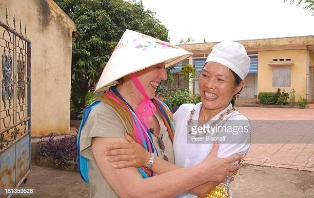 Marie-Luise Marjan, Hebamme , Besuch von P a t e n k i n d von M.-L. Marjan , Gesundheitszentrum von Tien Luc, Ngoen Village, Vietnam, Asien, Dorf,...
