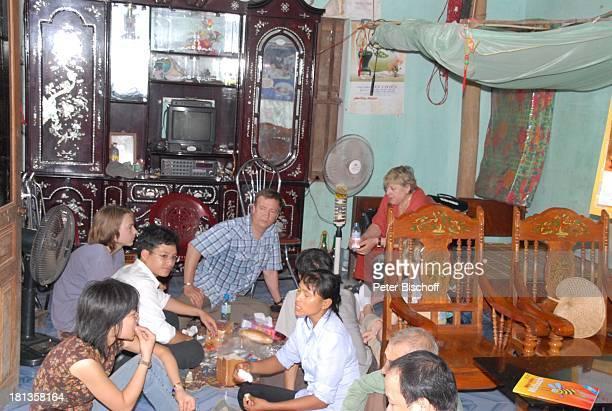 Marie-Luise Marjan , Heiko Schäfer , daneben li. Sein Sohn Leon David Lotter, Nguyen Thi Du , Ehemann Chu Van Bac , Dorfbewohner, TV-Team, Besuch von...
