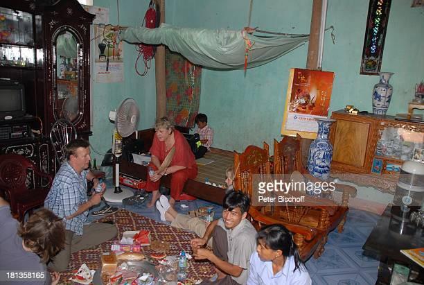 Marie-Luise Marjan , Heiko Schäfer , daneben li. Sein Sohn Leon David Lotter, Nguyen Thi Du , Ehemann Chu Van Bac , deren Sohn Chu Van Son , TV-Team,...