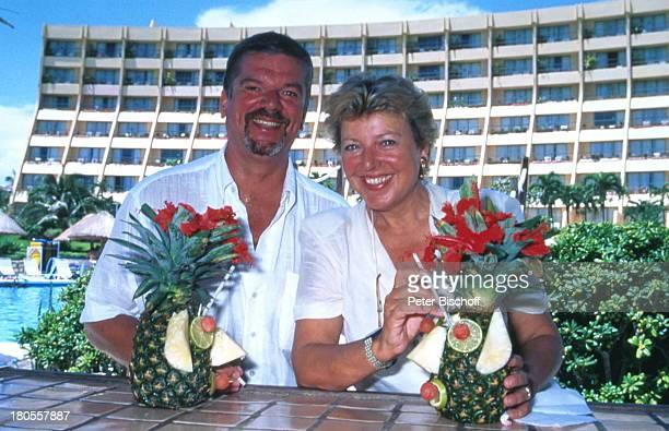 MarieLuise Marjan Lebensgefährte FreundBodo Bressler Hotel 'Hyatt CancunCaribe' Cancun Mexiko CocktailPoolbar Mittelamerika Urlaub