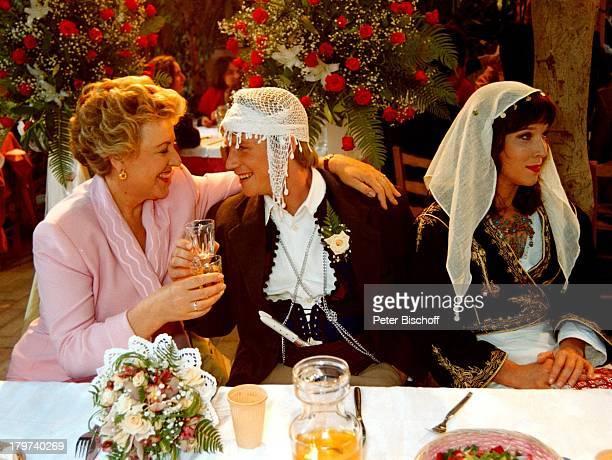 """Marie-Luise Marjan mit Konstantin Graudus und Eva Kryll, TV-Hochzeit, Dreharbeiten zur ZDF-Serie """"Kein Rezept für die Liebe"""", Kreta/Griechenland,..."""