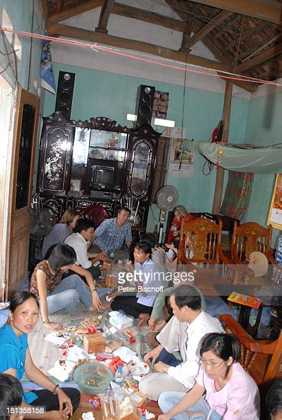 Marie-Luise Marjan , Nguyen Thi Du , dahinter verdeckt Ehemann Chu Van Bac , Dorbewohner, Heiko Schäfer , dessen Sohn Leon David Lotter , Besuch...