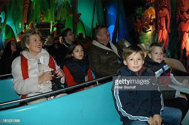 MarieLuise Marjan Nora Hinz Bodo Bressler Alexander Spatzek Jasper Hinz 'DisneylandParis' Paris/Frankreich 'ItÏs a small world' Karussell...