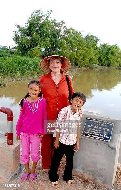 """Marie-Luise Marjan, Patenkind Chu Thi Yen , Bruder Chu Van Son , Einweihung von """"Ke""""-Brücke über Fluß Can , Besuch vietnamesisches Patenkind von..."""