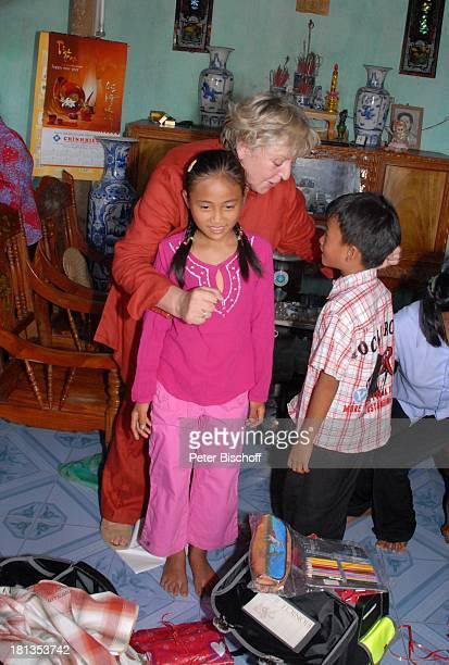 MarieLuise Marjan Patenkind Chu Thi Yen Bruder Chu Van Son Dorfbewohner Freunde Besuch von vietnamesischem Patenkind von MLMarjan Ngoen Village...