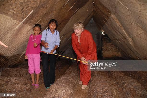 Marie-Luise Marjan, Patenkind Chu Thi Yen , Mutter Nguyen Thi Du, Besuch von Patenkind von M.-L.Marjan , Champignon-Zucht , Ngoen Village, Provinz...
