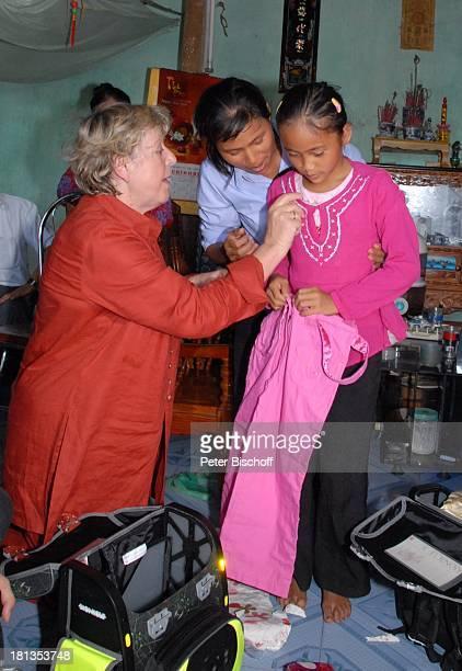 MarieLuise Marjan Patenkind Chu Thi Yen Mutter Nguyen Thi Du Besuch von vietnamesischem Patenkind von MLMarjan Ngoen Village Provinz Tien Luc Vietnam...