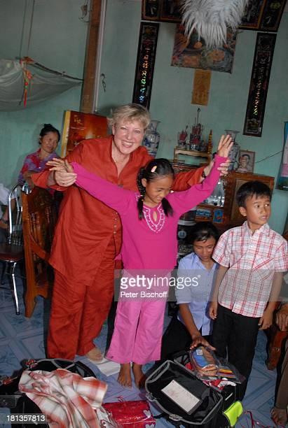 MarieLuise Marjan Patenkind Chu Thi Yen Mutter Nguyen Thi Du Bruder Chu Van Son Dorfbewohner Freunde Besuch von vietnamesischem Patenkind von...