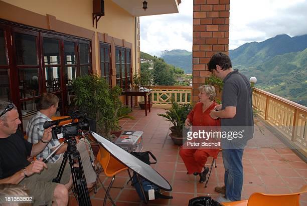 Marie-Luise Marjan, rechts: Tonmeister Philipp Freund, 2.v.l.: Kameramann Robert Helming, ganz links: Producer Heiko Schäfer, TV-Interview,...