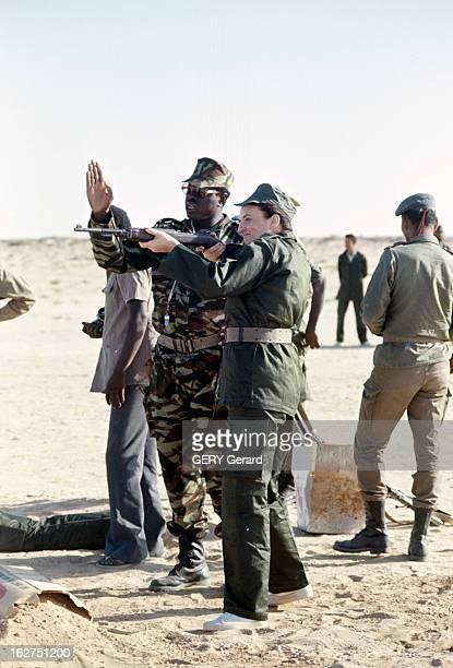 Mariem Daddah Practicing Rifle Shooting En Mauritanie en novembre 1977 debout aux côtés d'un militaire Mariem DADDAH en uniforme alias MarieThérèse...