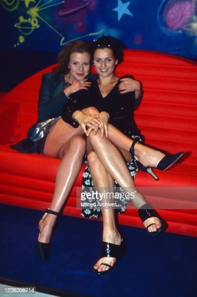 Marienhof, Fernsehserie, Deutschland 1992 - 2011, Darsteller Leonore Capell und Katja Vogt auf dem Sofa bei der Party zur 1000 Folge