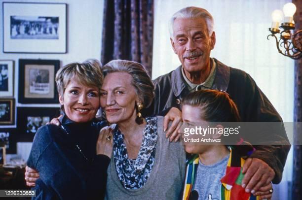 """Marienhof, Fernsehserie, Deutschland 1992 - 2011, Folge """"Besuch aus Amerika"""", Darsteller: Nora von Collande, Marianne Lindner, Rolf Illig, Clarissa..."""