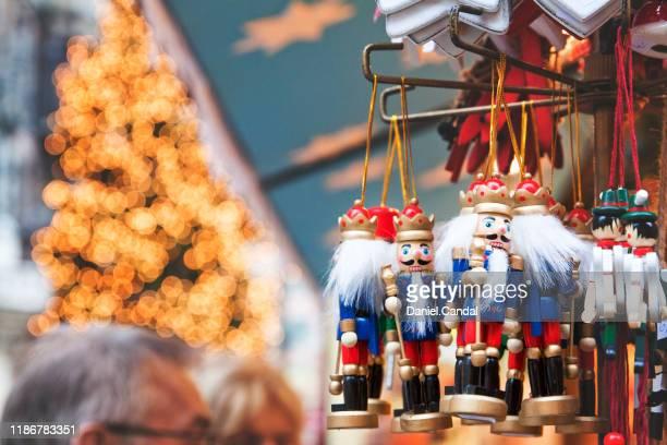 marienplatz christmas market, munich - marienplatz stockfoto's en -beelden