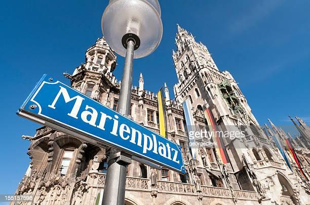 marienplatz sign in munich - marienplatz stockfoto's en -beelden