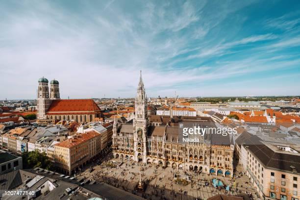 plaza marienplatz con ayuntamiento nuevo y frauenkirche (catedral de nuestra señora). - munich fotografías e imágenes de stock
