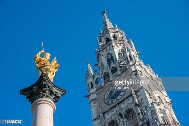 marienstatue at marienplatz (munich, bavaria / germany) - 尖り屋根 ストックフォトと画像