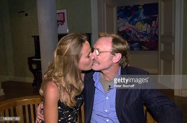 MarieTheres Relin Ehemann FranzXaver Kroetz ARDTalkshow Boulevard Bio Folge 408 Gegensätze ziehen sich an Brille Schnurrbart Kuss umarmen Mann