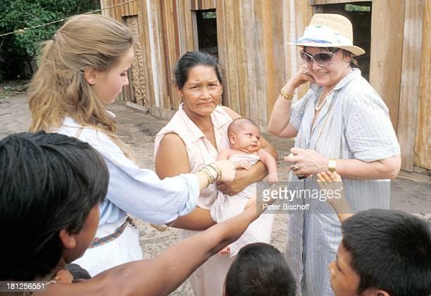 MarieTheres Relin Mutter Maria Schell neben den Dreharbeiten zur ZDFReihe 'Traumschiff' Folge 7 'Marokko' Landgang Boca de...