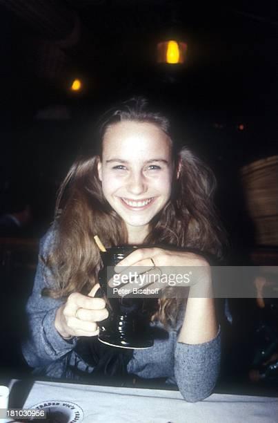 MarieTheres Relin Schauspielerin Porträt geb 03 Juni 1966 Sternzeichen Zwillinge Getränk Portrait Promis Prominenter Prominente