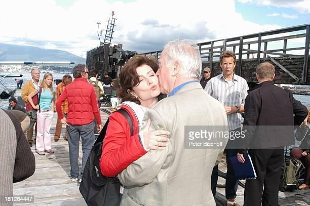 Marijam Agischewa Wolfgang Rademann Teammitglieder am Rande der Dreharbeiten zur ZDFReihe Traumschiff Folge 50 Vancouver British Columbia Kanada...