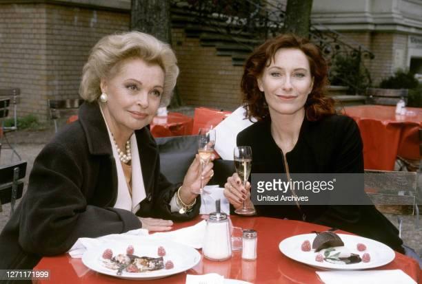 Marijan D. Varda Champagner tröstet: Elisabeth und Iris / Überschrift: CHAMPAGNER UND KAMILLENTEE / D 1997.