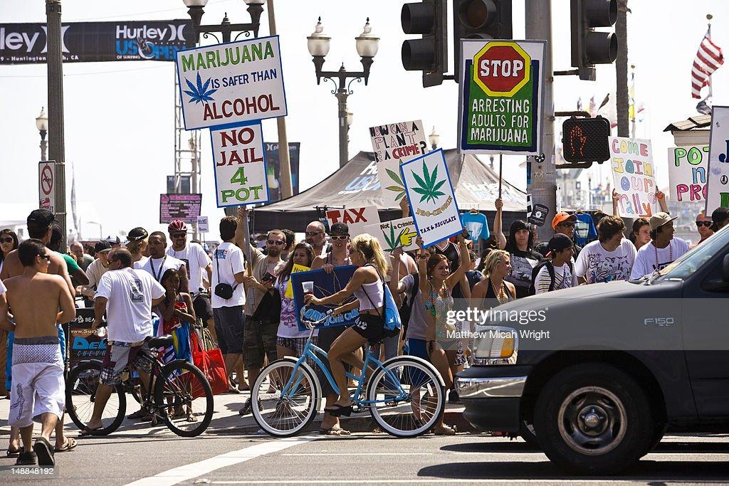Marijuana legalisation protesters on busy street. : Foto de stock