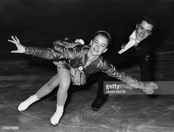 Marika Kilius *Eiskunstläuferin Sportlerin Dmit Partner HansJürgen Bäumler beieiner Eislaufstudieum 1960