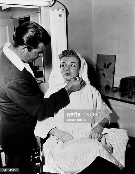Marilyn Monroe actress USA At the body makeup artist 1953