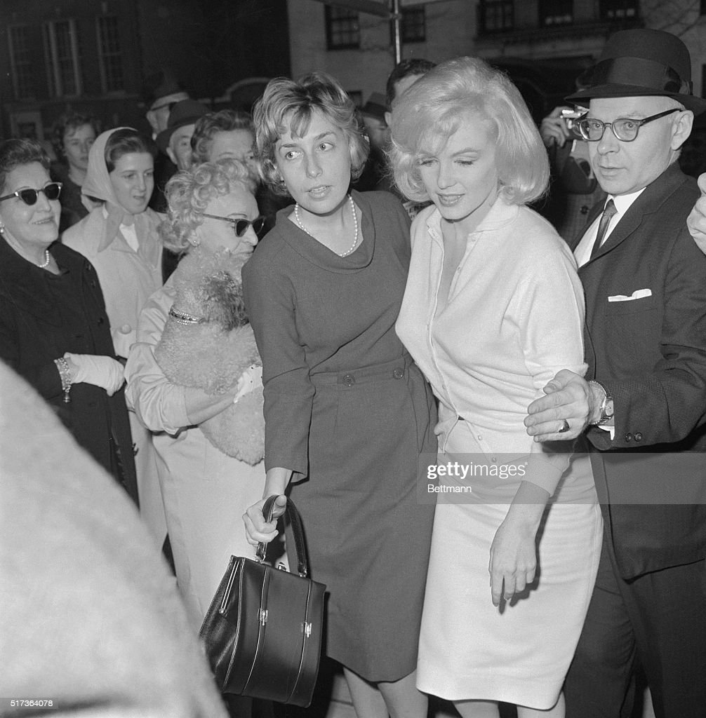 Marilyn Monroe Being Escorted from Hospital : ニュース写真