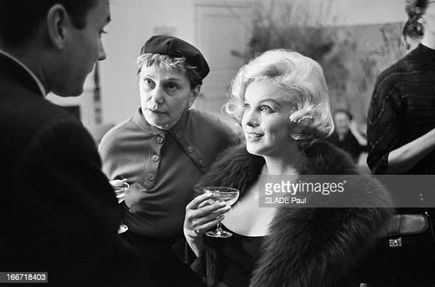 Marilyn Monroe Receives The Crystal Star EtatsUnis NewYork 4 mars 1959 chez le consul de France le compositeur français Georges Auric a remis à...