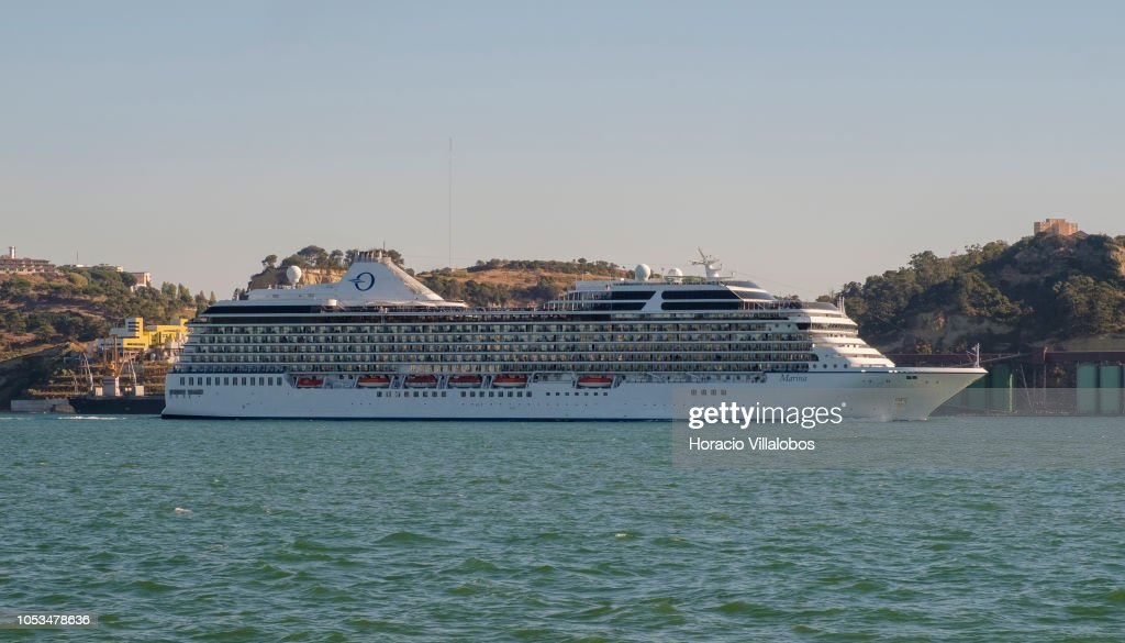 Tourist Cruise Shipping in Lisbon Harbour : Fotografia de notícias