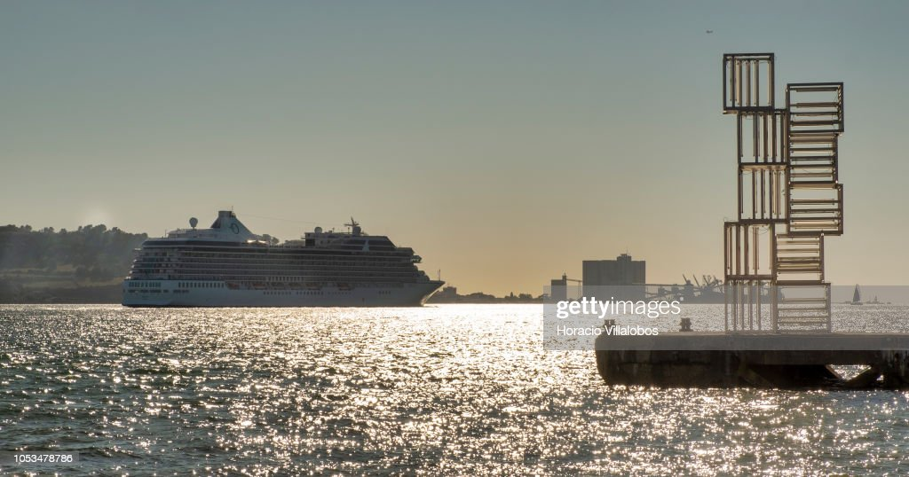 Tourist Cruise Shipping in Lisbon Harbour : Fotografia de notícias