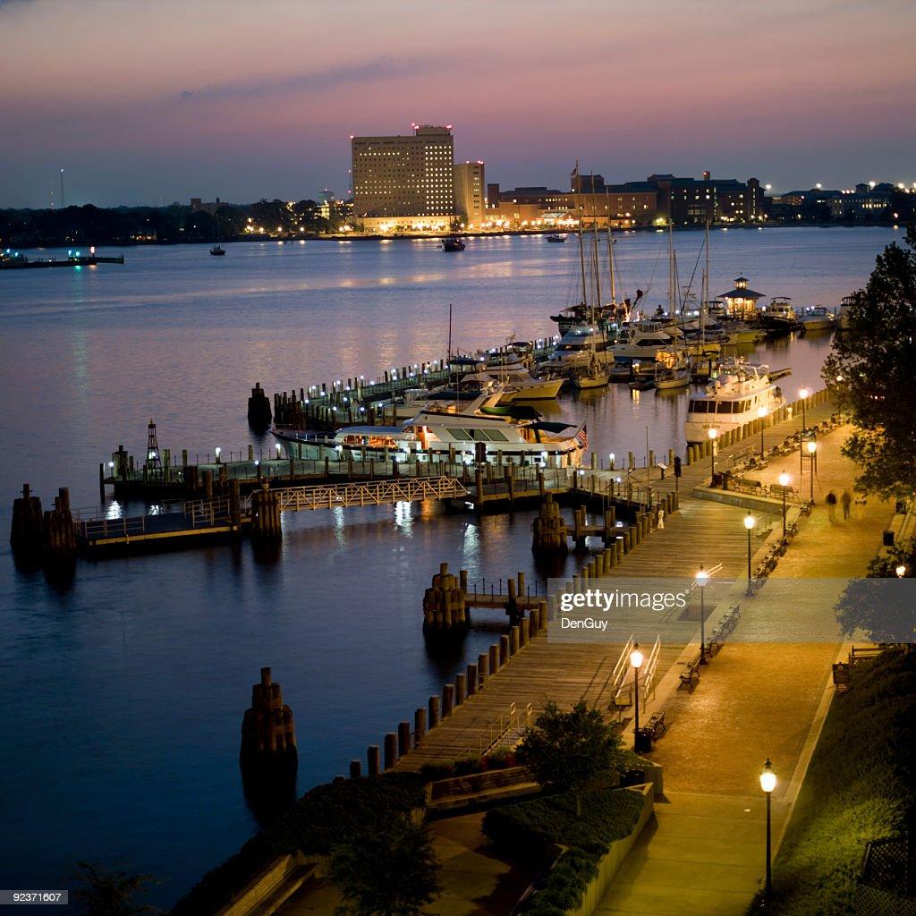 マリーナとハーバーでの夕暮れに、Norfolk 、Virginia : ストックフォト